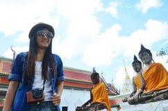 Wat Phra Borommathat Chaiya寺庙的画象泰国妇女 库存照片