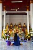Wat Phra Borommathat Chaiya寺庙的画象泰国妇女 图库摄影