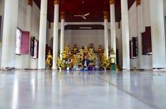 Wat Phra Borommathat Chaiya寺庙的画象泰国妇女 免版税库存图片