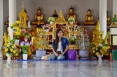 Wat Phra Borommathat Chaiya寺庙的画象泰国妇女 免版税库存照片