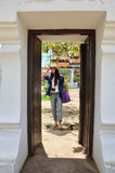 Wat Phra Borommathat Chaiya寺庙的画象泰国妇女 免版税图库摄影