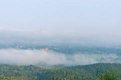 Wat Phra That Cho Hae con nebbia sul primo mattino che esamina dal punto di punto di vista di Wat Pra That Doi Leng la provincia  Immagini Stock Libere da Diritti