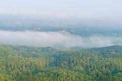 Wat Phra That Cho Hae con nebbia sul primo mattino che esamina dal punto di punto di vista di Wat Pra That Doi Leng la provincia  Fotografia Stock