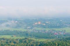 Wat Phra That Cho Hae con nebbia sul primo mattino che esamina dal punto di punto di vista di Wat Pra That Doi Leng la provincia  Immagine Stock