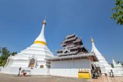 Wat Phra ese Doi Kong MU Templo blanco en un top de la montaña en Mae Hong Son septentrional de foto de archivo