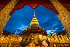 Wat Phra That Hariphunchai in der Dämmerungszeit stockfotos