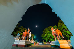Wat Phra That Hariphunchai in der Dämmerungszeit stockfotografie