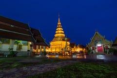 Wat Phra That Hariphunchai i skymningtid Arkivbilder