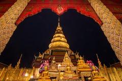 Wat Phra That Hariphunchai i skymningtid Arkivfoto