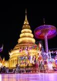 Wat Phra That Hariphunchai i skymningtid, Lamphun Thailand arkivbild