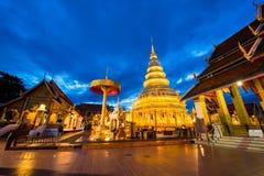 Wat Phra That Hariphunchai nel tempo crepuscolare fotografie stock libere da diritti