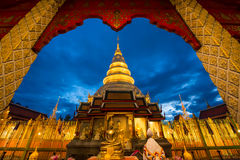 Wat Phra That Hariphunchai nel tempo crepuscolare fotografie stock