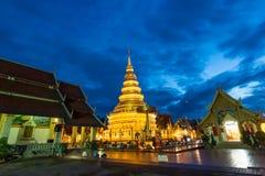 Wat Phra That Hariphunchai nel tempo crepuscolare immagine stock libera da diritti
