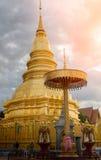 Wat Phra That Hariphunchai Pagoda met wolk in Lamphun, Thailand Stock Afbeelding