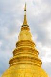 Wat Phra That Hariphunchai Pagoda met wolk in Lamphun, Thailand Royalty-vrije Stock Foto's