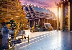 Wat Phra Kaew в Бангкоке на заходе солнца стоковые фото