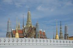 Wat Phra Kaew обыкновенно известное в английском как висок изумрудного Будды и официально как Wat Phra Si Rattana Satsadaram стоковые фотографии rf