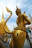 WAT PHRA KAEW BANGKOK - JUNI 30: De niet geïdentificeerde toeristen lopen binnen Stock Afbeelding