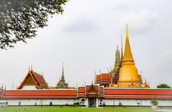 Wat Phra Kaew, conhecido geralmente em ingl?s como o templo de Emerald Buddha ou do pal?cio grande ? considerado como o Buddhi o  imagens de stock
