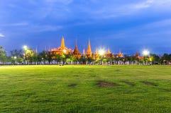 Wat Phra Kaew crépusculaire, palais grand, Bangkok (Vue de la pelouse ou du Sanam Luang) Photo stock