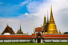 Wat Phra Kaew lub ?wi?tynia Szmaragdowy Buddha, opiekun statuy i Uroczysty pa?ac lokalizowa? w?r?d ziemi Uroczysty pa?ac w zakazi fotografia royalty free