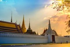Wat Phra Kaew och Bangkok horisont med det berömda stället i den Bangkok templet av smaragdBuddha- och tusen dollarslotten Arkivfoto