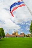 Wat Phra Kaew och flaggan Arkivbild