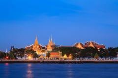 Wat Phra Kaew och storslagen för slott Chao Phraya tillsammans med flod i Bangkok, Thailand Royaltyfri Bild