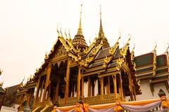 Wat Phra Kaew oder Tempel von Emerald Buddha, W?chterstatuen und gro?artiger Palast gelegen innerhalb des Bodens des gro?artigen  lizenzfreie stockbilder