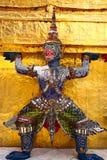 Wat Phra Kaew ou temple d'Emerald Buddha, statues de gardien et palais grand situ?s dans les raisons du palais grand dans l'inter images libres de droits