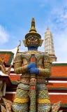 Wat Phra Kaew ou temple d'Emerald Buddha, statues de gardien et palais grand situ?s dans les raisons du palais grand dans l'inter photographie stock
