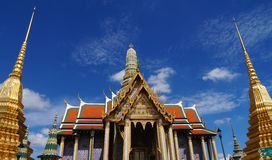 Wat Phra Kaew (palacio magnífico) por la mañana Imágenes de archivo libres de regalías