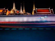 Wat Phra Kaew, Wat Phra Si Rattana Satsadaram in der Nacht lizenzfreies stockbild