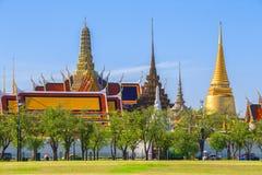 Wat Phra Kaew tempel av Emerald Buddha med blå himmel Bangko Royaltyfria Bilder