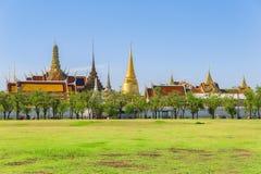 Wat Phra Kaew tempel av Emerald Buddha med blå himmel Bangko Royaltyfri Bild