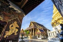 Wat Phra Kaew, Tempel Emerald Buddhas mit blauem Himmel stockbild