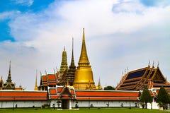 Wat Phra Kaew of Tempel van Emerald Buddha, Beschermerstandbeelden en Groot die paleis binnen de gronden van het Grote Paleis in  royalty-vrije stock foto