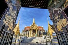 Wat Phra Kaew, tempio di Emerald Buddha con cielo blu Fotografia Stock Libera da Diritti