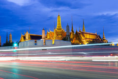 Wat Phra Kaew (tempio di Emerald Buddha) e grande palazzo alla notte Fotografie Stock