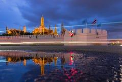 Wat Phra Kaew, temple d'Emerald Buddha avec la réflexion, Bangkok, Thaïlande Images libres de droits