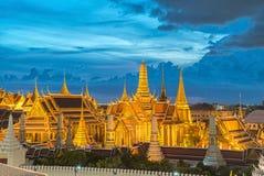 Wat Phra Kaew, temple d'Emerald Buddha, palais grand au twil Photographie stock