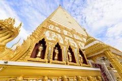 Wat Phra That Nong Bua na manhã em Ubon Ratchathani, Tailândia fotos de stock royalty free