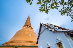 Wat Phra Pathom Chedi en el cielo azul, Tailandia Stupas de oro foto de archivo