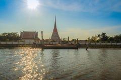 Wat Phra Samut Chedi从昭拍耶河, bea的寺庙视图 免版税库存照片