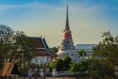 Wat Phra Samut Chedi从昭拍耶河, bea的寺庙视图 库存照片