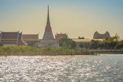 Wat Phra Samut Chedi从昭拍耶河, bea的寺庙视图 免版税图库摄影