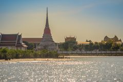 Wat Phra Samut Chedi从昭拍耶河, bea的寺庙视图 免版税库存图片
