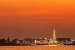 Wat Phra Samut Chedi avec l'éclairage sur la rivière Chao Phraya À photos libres de droits