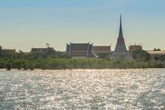 Wat Phra Samut Chedi-tempelmening van Chao Phraya-rivier, bea stock foto