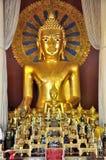 Estátua dourada de Buddha em Wat Phra Singh foto de stock royalty free